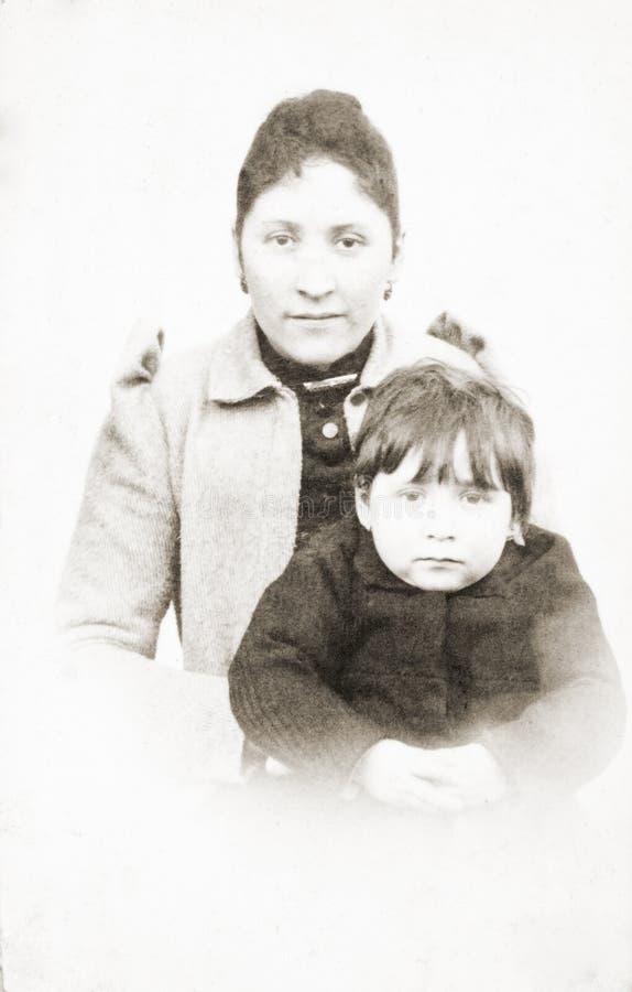 Retrato antiguo de la madre y de la hija foto de archivo libre de regalías