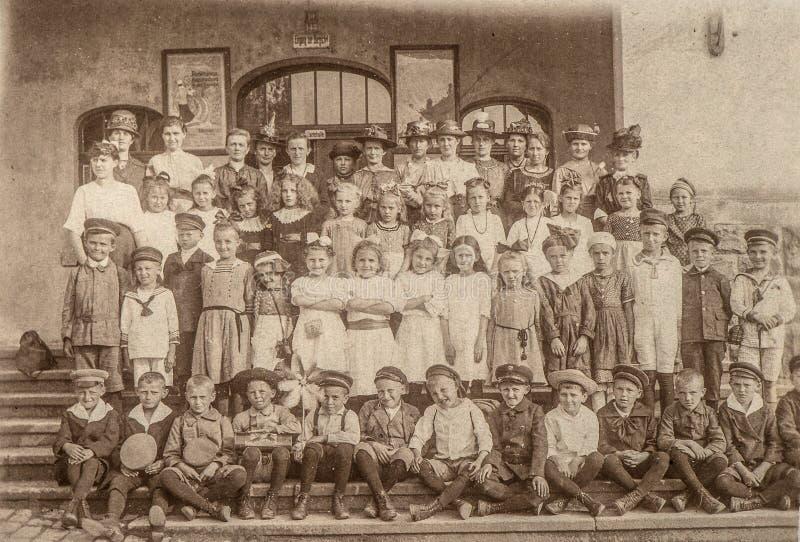 Retrato antiguo de los compañeros de clase de la escuela Niños y profesores fotos de archivo libres de regalías