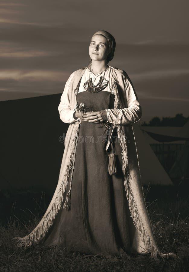 Retrato antiguo en el crecimiento completo de mujeres eslavas a partir del pasado imágenes de archivo libres de regalías