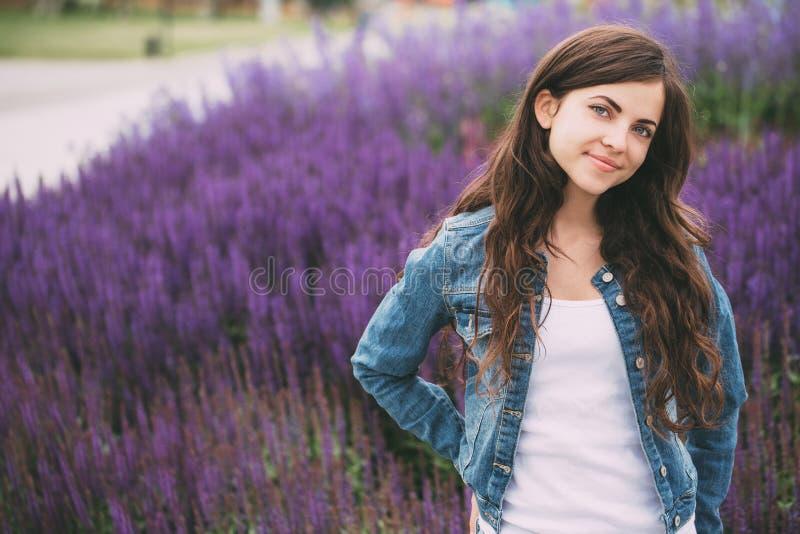 Retrato ao ar livre bonito da mulher nova fotografia de stock