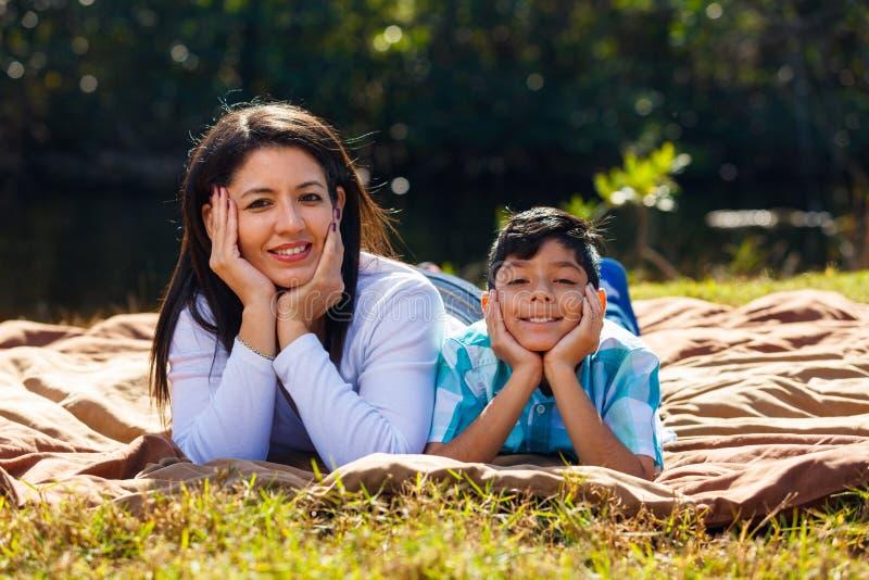 Retrato ao ar livre da matriz e do filho imagem de stock royalty free