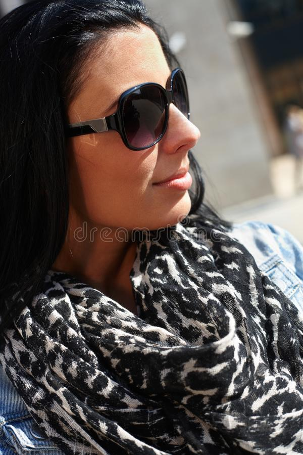 Retrato ao ar livre da mulher atrativa fotografia de stock royalty free