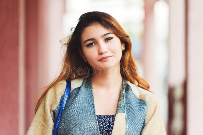 Retrato ao ar livre da mulher bonita nova imagem de stock royalty free