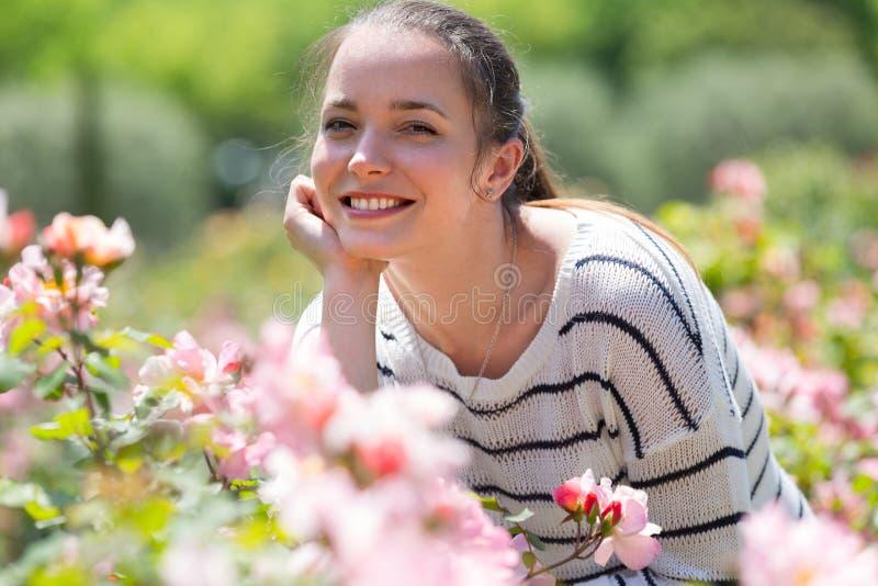 Retrato ao ar livre da mulher de sorriso imagens de stock