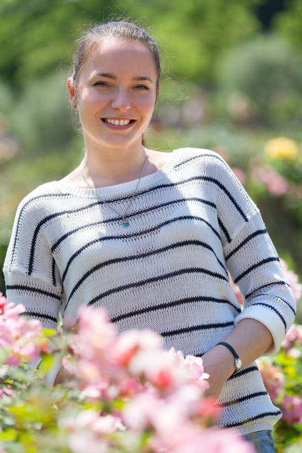 Retrato ao ar livre da mulher de sorriso imagem de stock