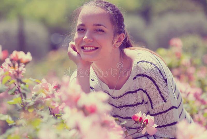 Retrato ao ar livre da mulher de sorriso fotos de stock