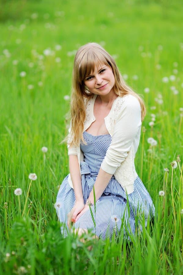 Retrato ao ar livre da mulher loura nova bonita imagem de stock royalty free