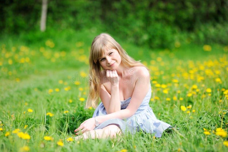 Retrato ao ar livre da mulher loura nova bonita fotografia de stock