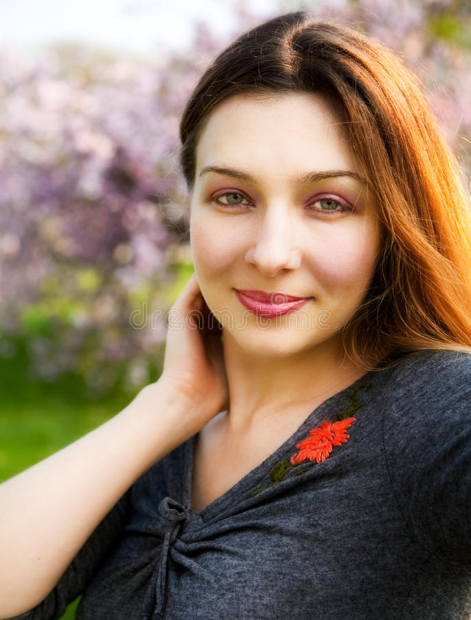 Retrato ao ar livre da mulher nova bonita bonito fotografia de stock