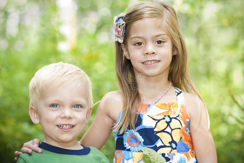 Retrato ao ar livre de sorriso das crianças imagens de stock royalty free