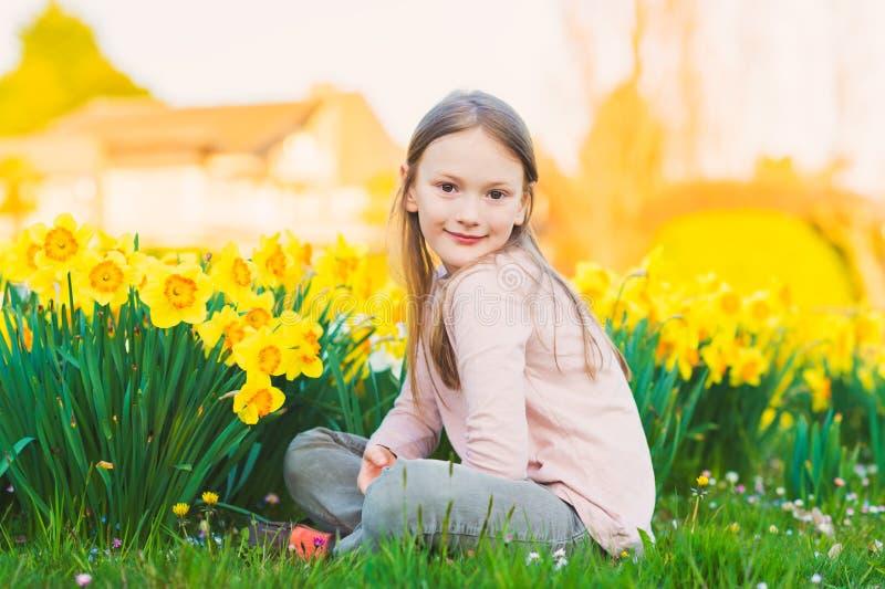 Retrato ao ar livre de uma menina bonito imagem de stock
