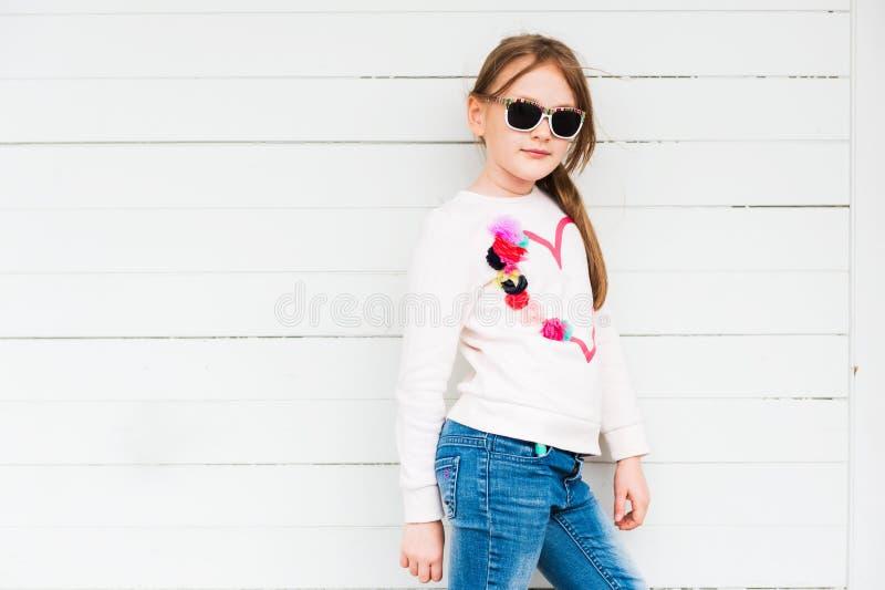 Retrato ao ar livre de uma menina bonito foto de stock royalty free