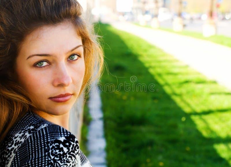 Retrato ao ar livre de uma mulher bonita imagem de stock royalty free