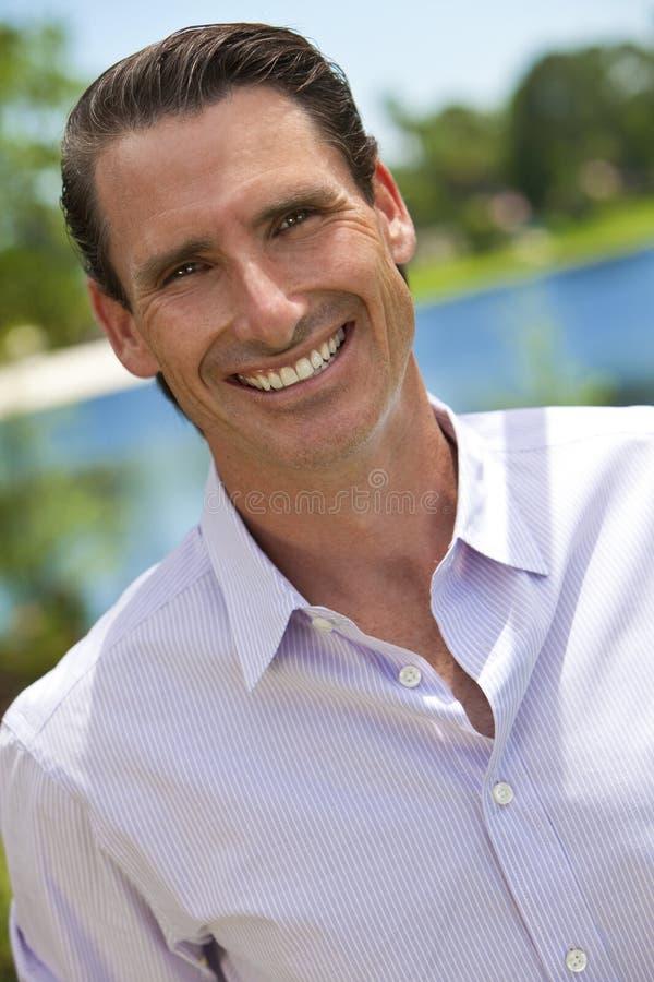 Retrato ao ar livre do homem de sorriso considerável fotografia de stock royalty free