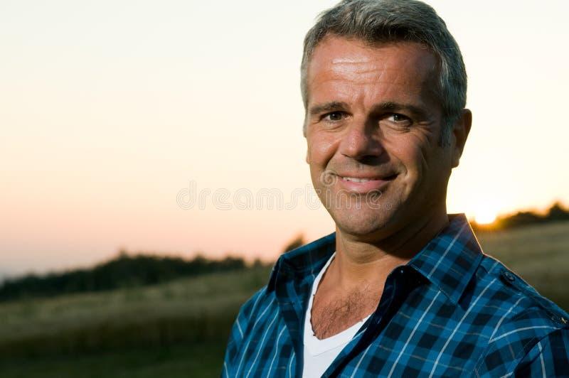 Retrato ao ar livre do homem maduro foto de stock royalty free