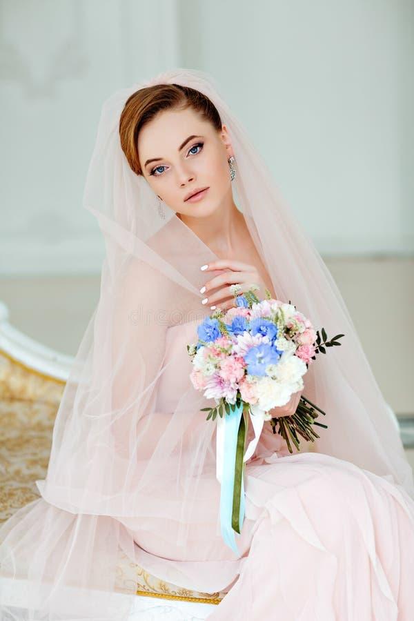 Retrato apacible, sensual del blonde muy hermoso de la novia de las muchachas adentro fotos de archivo
