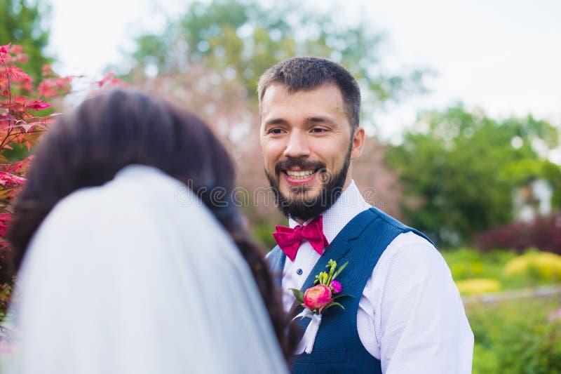 Retrato apenas del hombre casado elegante hermoso fotografía de archivo libre de regalías