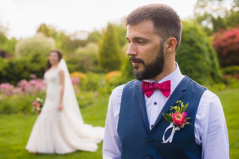 Retrato apenas del hombre casado serio imagenes de archivo
