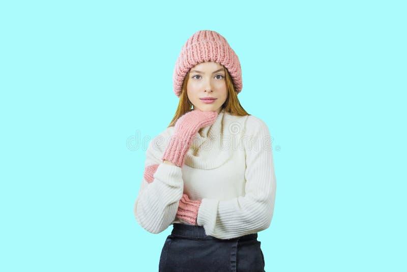 Retrato ascendente cercano de la cara de la mujer joven sonriente dentuda que lleva el sombrero y la bufanda hechos punto Forma d fotos de archivo libres de regalías