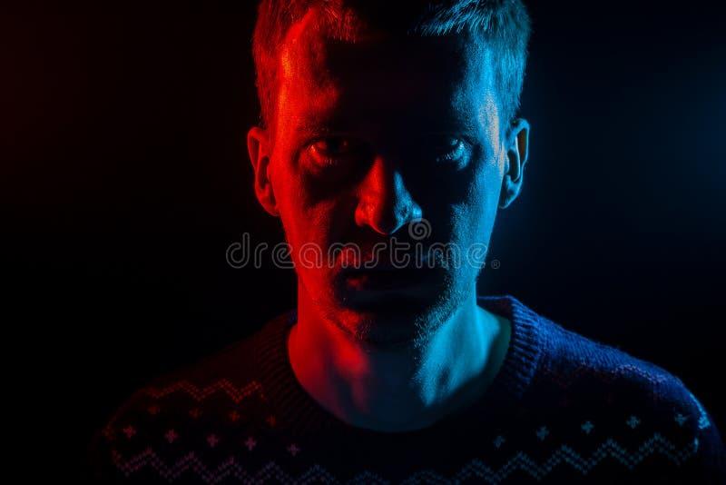 Retrato ascendente cercano de la cara de un hombre serio adulto que mira adentro fotos de archivo