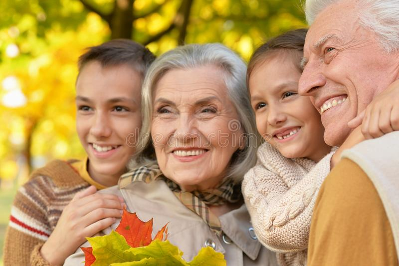 Retrato ascendente cercano de la familia sonriente hermosa feliz que se relaja en parque del otoño imágenes de archivo libres de regalías