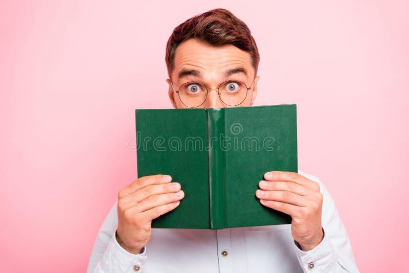 Retrato ascendente cercano de la foto de entusiasta alegre cómico con los ojos de mirada el mirar fijamente grande que sostienen  imagen de archivo libre de regalías