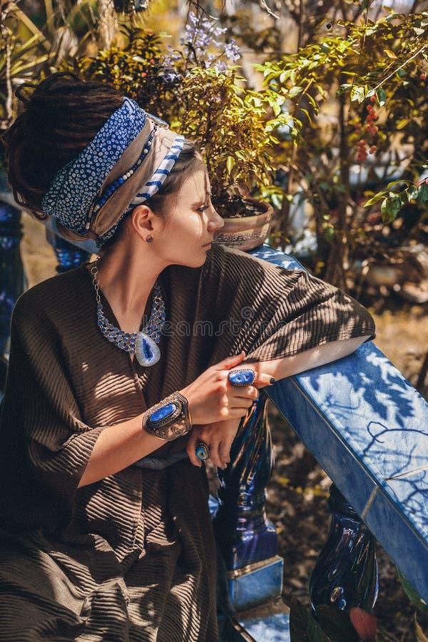 Retrato ascendente cercano de la joyería de la piedra de gema de la mujer que lleva joven al aire libre foto de archivo libre de regalías