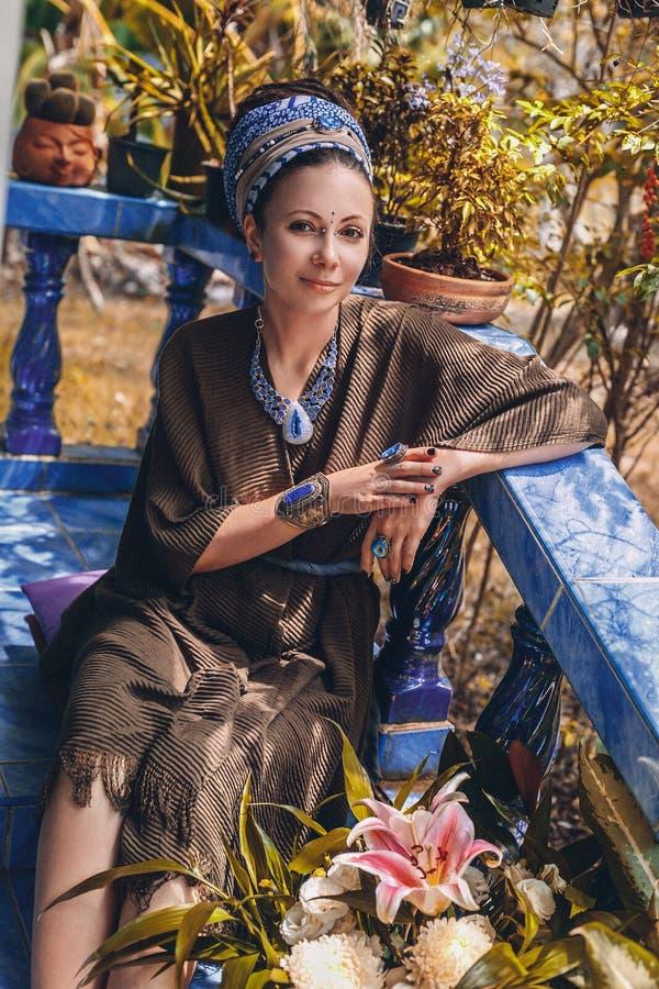 Retrato ascendente cercano de la joyer?a de la piedra de gema de la mujer que lleva joven al aire libre fotos de archivo