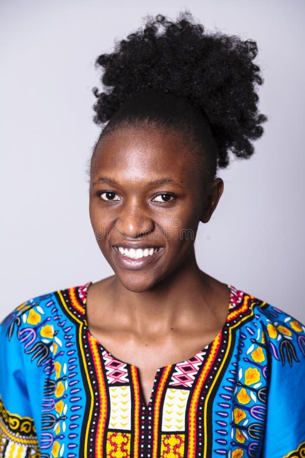 Retrato ascendente cercano de la muchacha africana en vestido azul imagenes de archivo