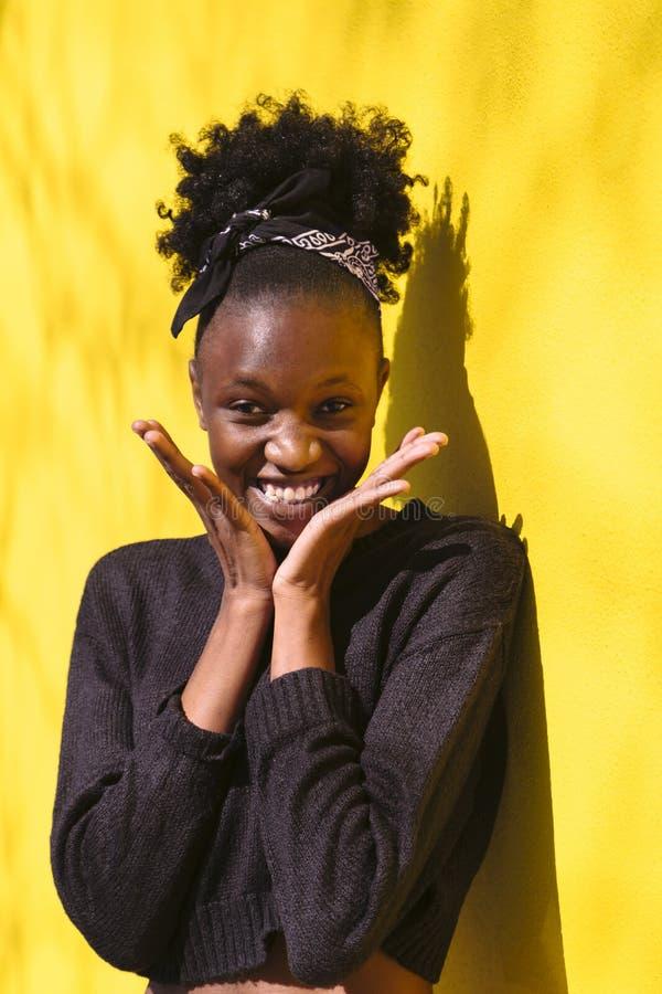 Retrato ascendente cercano de la mujer africana joven sorprendida imagenes de archivo