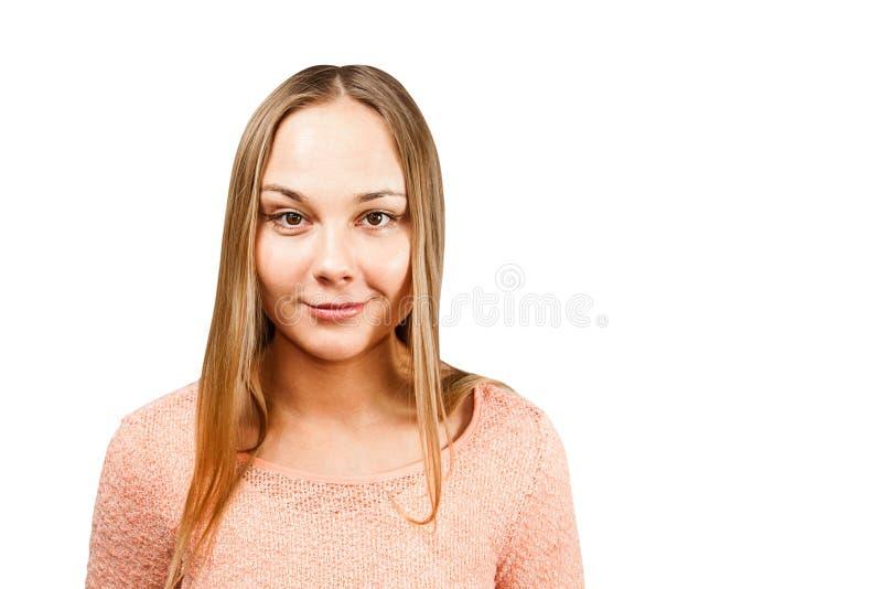 Retrato ascendente cercano de la mujer joven sonriente hermosa en una camisa beige, aislado en un copyspace blanco del whth del f imagen de archivo