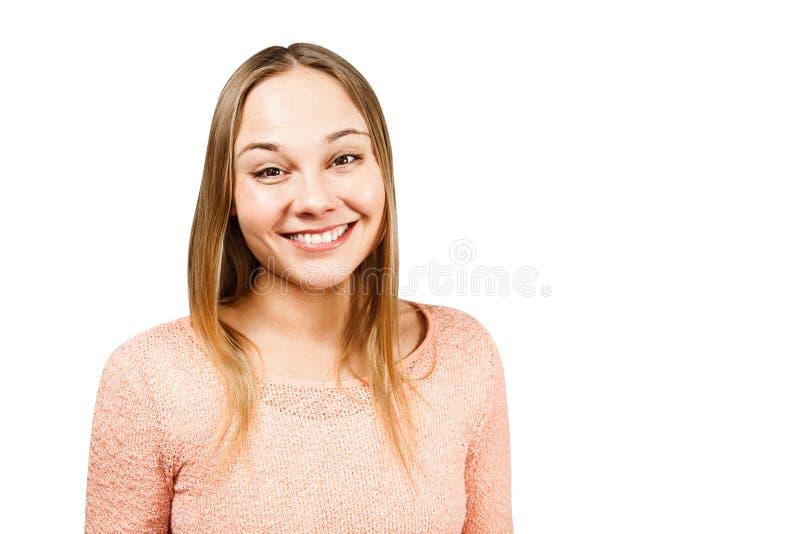Retrato ascendente cercano de la mujer joven sonriente hermosa en una camisa beige, aislado en un copyspace blanco del whth del f fotografía de archivo libre de regalías