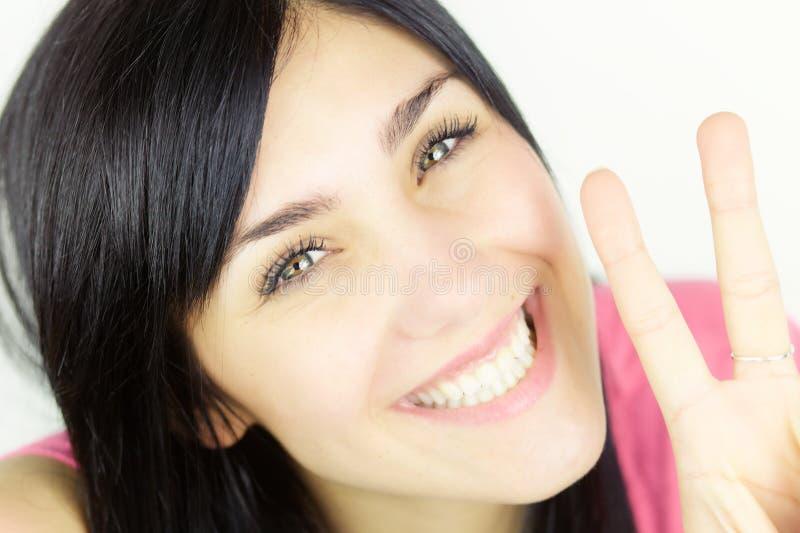 Retrato ascendente cercano de la mujer linda con la sonrisa de los ojos verdes imagen de archivo libre de regalías