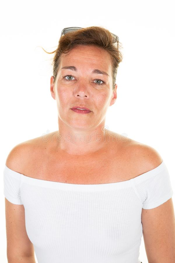 Retrato ascendente cercano de la mujer madura bonita sobre el fondo blanco foto de archivo libre de regalías