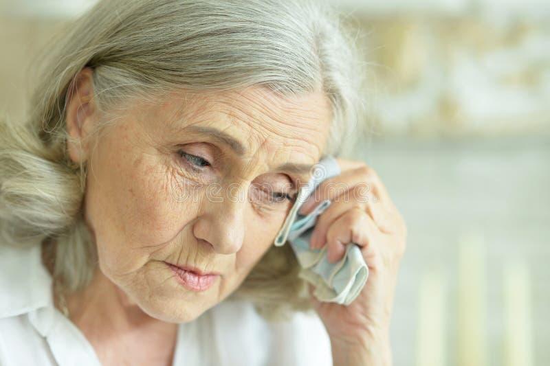 Retrato ascendente cercano de la mujer mayor enferma fotografía de archivo libre de regalías
