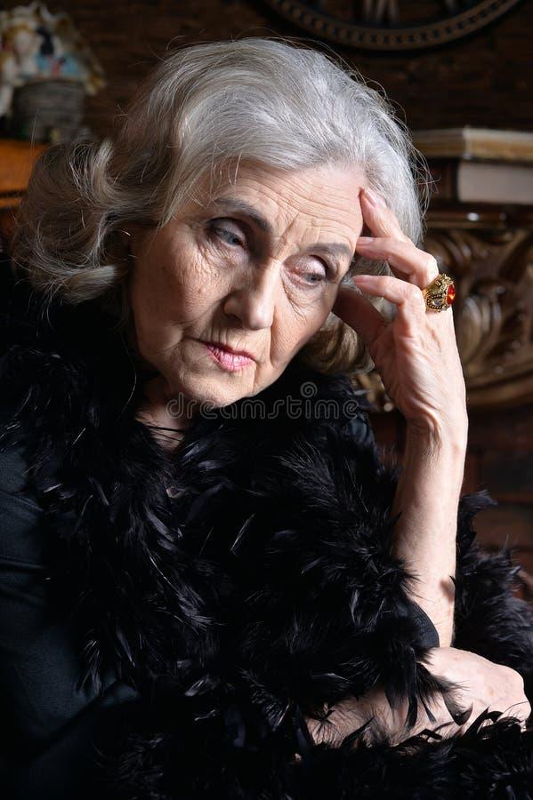 Retrato ascendente cercano de la mujer mayor triste en la presentaci?n de la boa fotografía de archivo libre de regalías