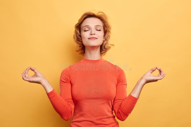 Retrato ascendente cercano de la mujer relajada joven magnífica que reduce la tensión Cuidado de la carrocer?a imagen de archivo