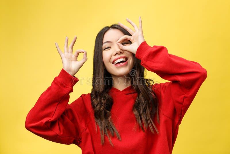 Retrato ascendente cercano de la sonrisa femenina caucásica alegre hermosa, demostrando los dientes blancos, mirando la cámara a  fotos de archivo