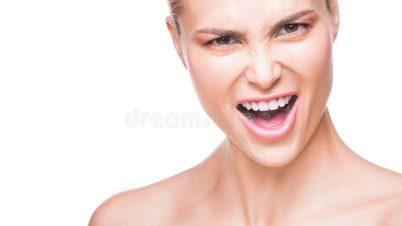 Retrato ascendente cercano de sorprender a la mujer hermosa de la moda que dice sí Aislado en el fondo blanco fotografía de archivo