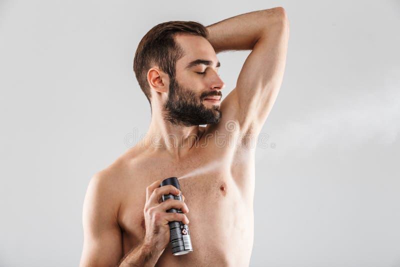 Retrato ascendente cercano de un hombre barbudo hermoso fotografía de archivo libre de regalías