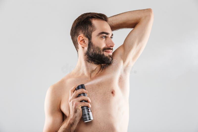 Retrato ascendente cercano de un hombre barbudo hermoso fotos de archivo