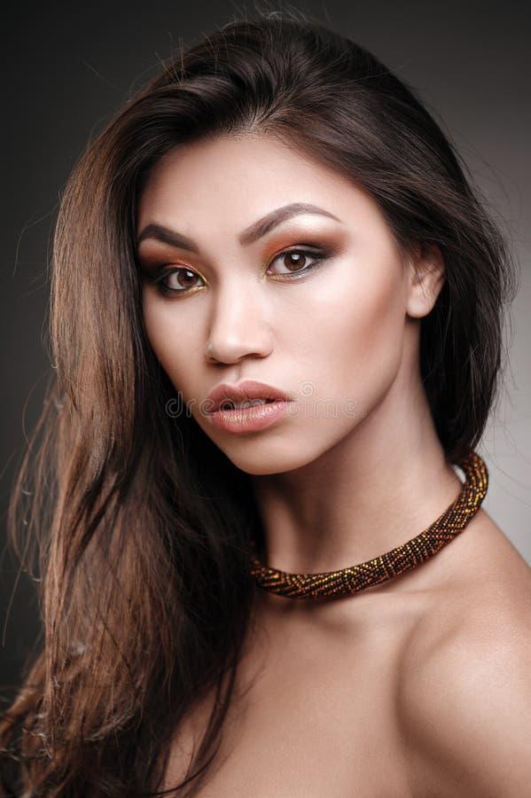 Retrato ascendente cercano de un modelo de moda africano hermoso que lleva un collar llamativo de los ethncs imagen de archivo libre de regalías