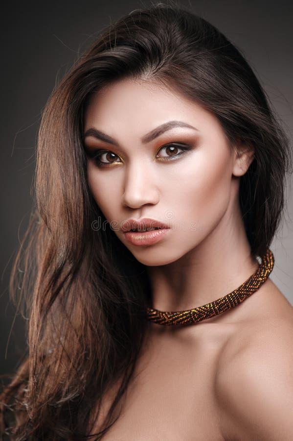 Retrato ascendente cercano de un modelo de moda africano hermoso que lleva un collar llamativo de los ethncs fotos de archivo libres de regalías