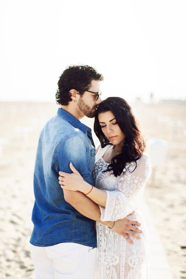 Retrato ascendente cercano de un par hermoso del amor en la playa Historia de amor Italia, R?mini foto de archivo libre de regalías