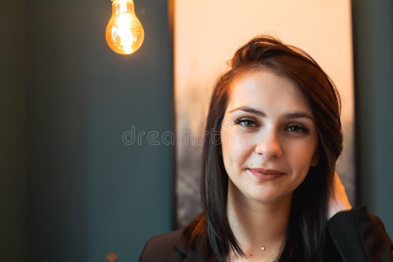 Retrato ascendente cercano de una mujer joven hermosa que sonríe y que mira la cámara Copie el espacio Mofa para arriba imagenes de archivo