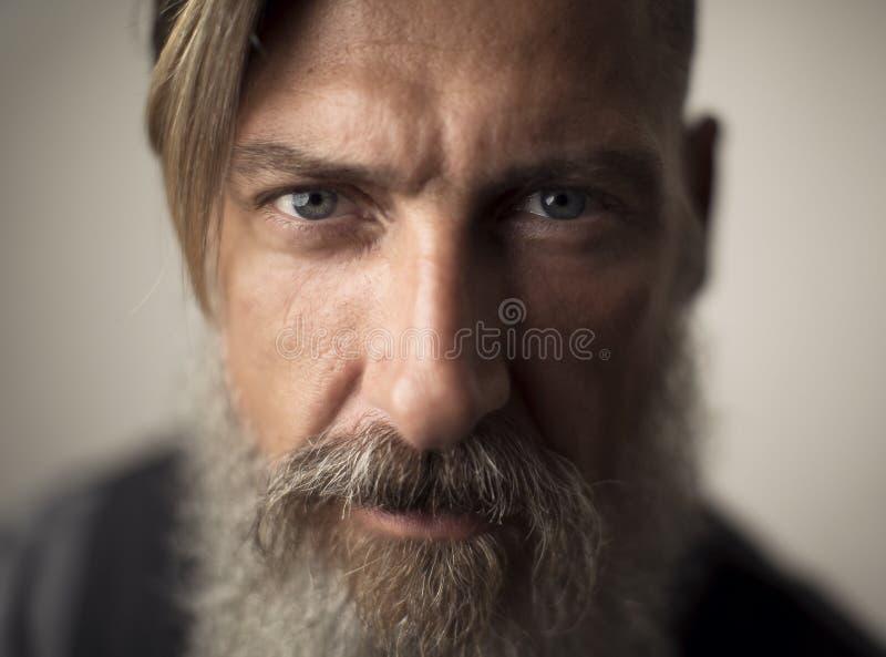 Retrato ascendente cercano del extremo de un hombre barbudo atractivo foto de archivo