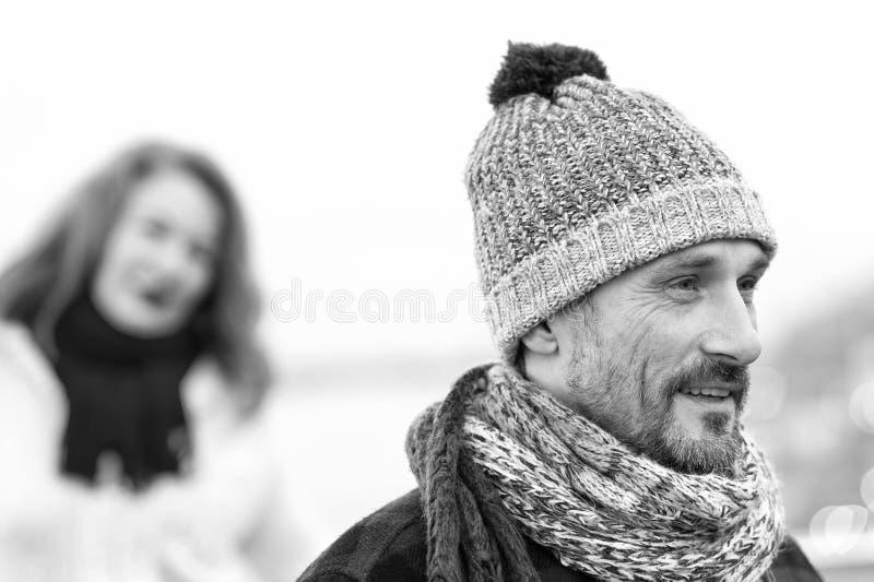 Retrato ascendente cercano del hombre en sombrero hecho punto Retrato blanco y negro del invierno del individuo feliz fotos de archivo