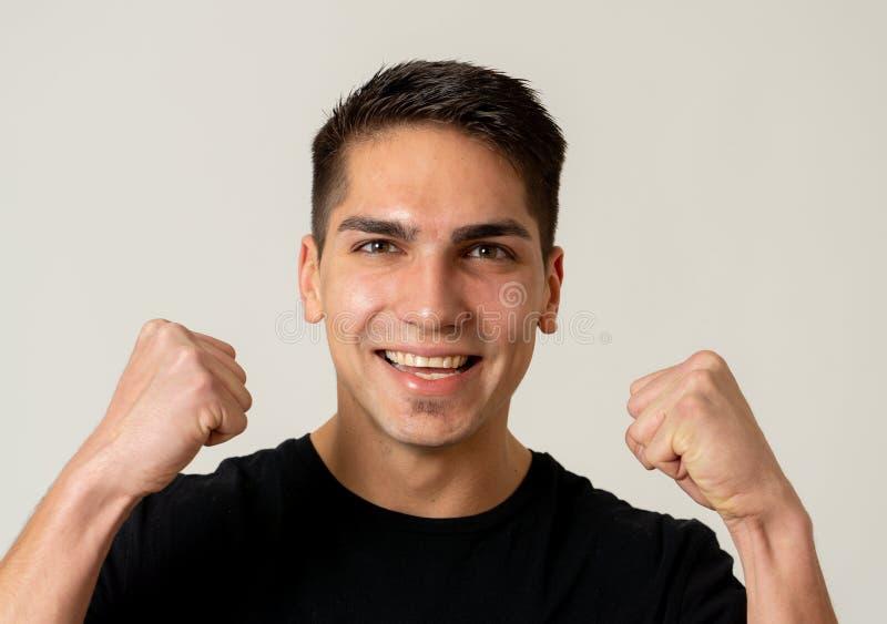 Retrato ascendente cercano del hombre joven sorprendido y feliz que celebra loter?a, la victoria o el ?xito que gana foto de archivo libre de regalías