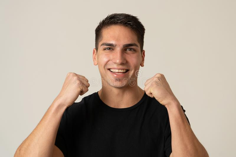 Retrato ascendente cercano del hombre joven sorprendido y feliz que celebra loter?a, la victoria o el ?xito que gana imagen de archivo libre de regalías