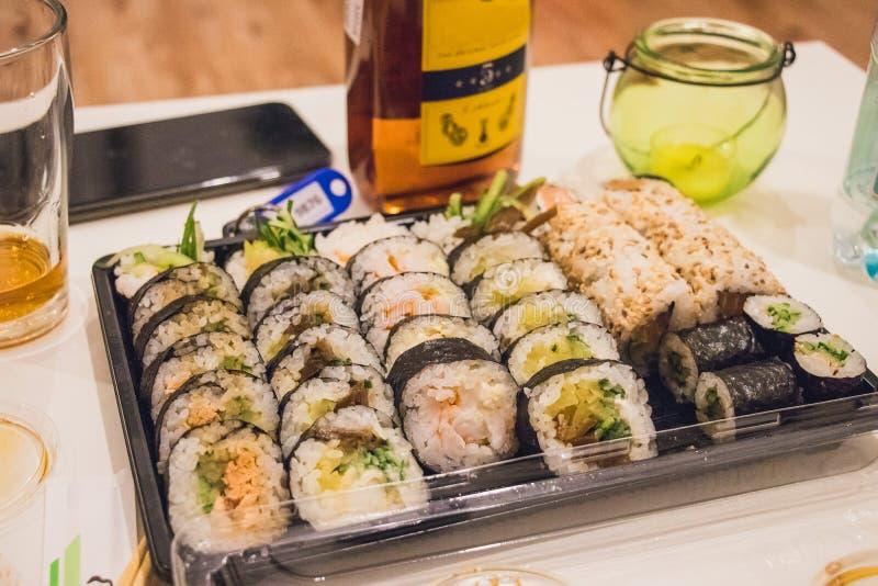 Retrato ascendente cercano del mini disco del sushi del maki de la comida japonesa en la tabla blanca servida con la salsa del wa imagen de archivo